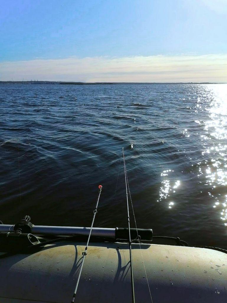 Rybaření na Lipně vyžaduje dobré plavidlo. Rybářský člun s elektromotorem