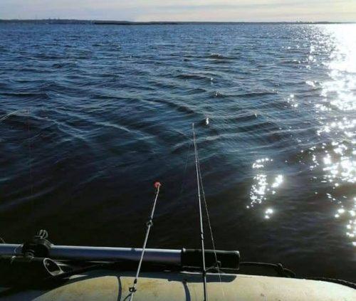 Rybaření na Lipně vyžaduje dobré plavidlo