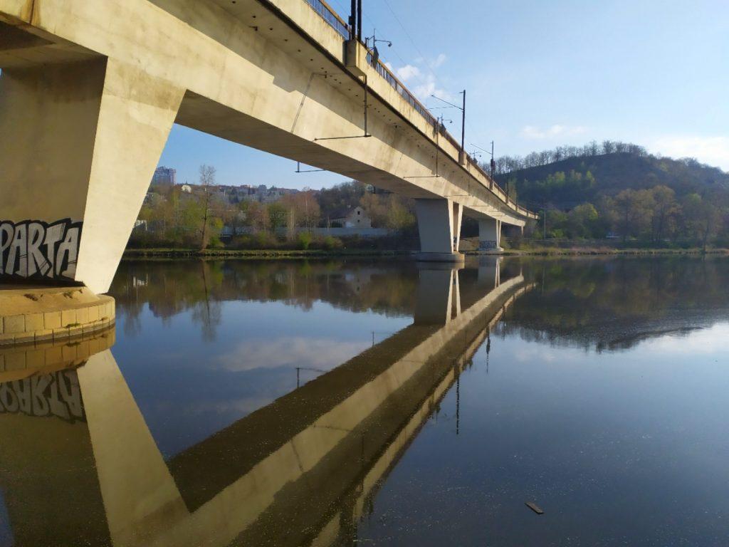 železniční most v Praze Holešovicích